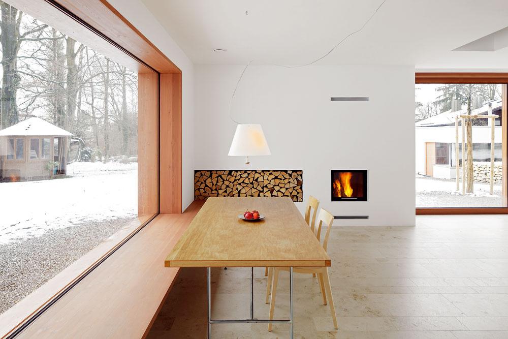 Minimalistický interiér nepôsobí chladne – vďaka nielen krbu, ale aj použitým materiáom.