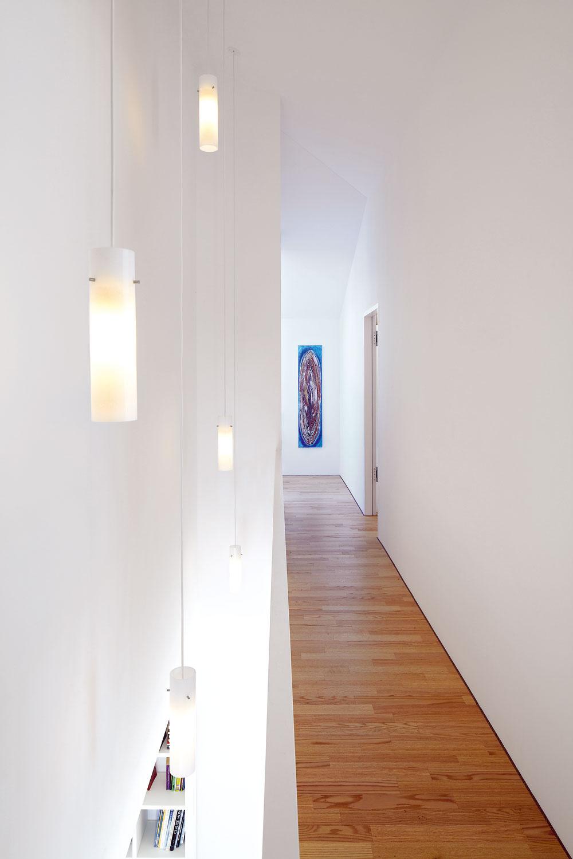 Výrazným prvkom interiéru adispozície sú priehľady avizuálne prepojenie priestorov nad sebou. Okrem spálne, ktorá má vlastný zasklený priehľad do obývacej izby, dostala aj chodba vizuálny kontakt spriestorom pod ňou.