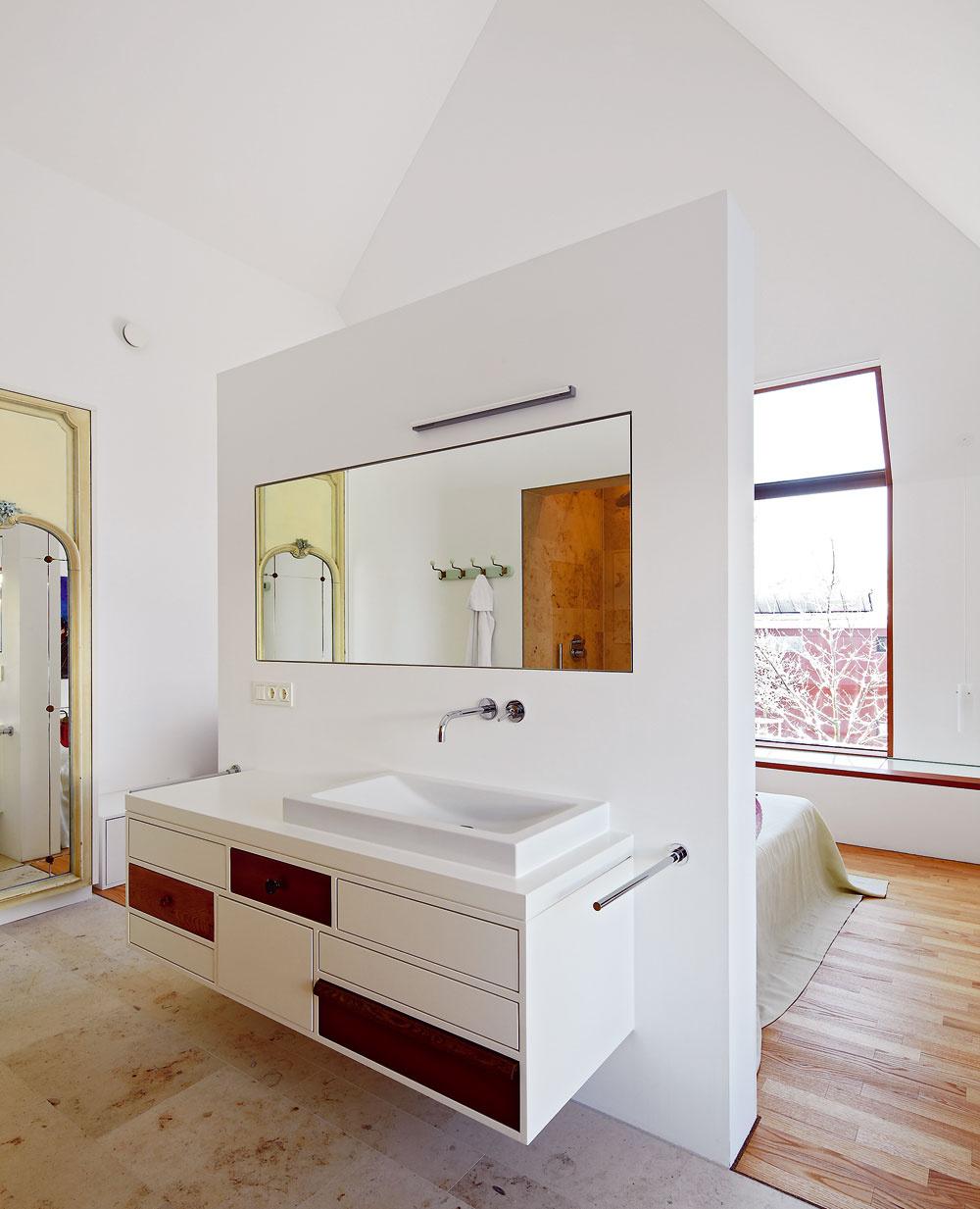Spálňa je voľne prepojená skúpeľňou bez zbytočných priečok, ktoré by ju iba tienili.