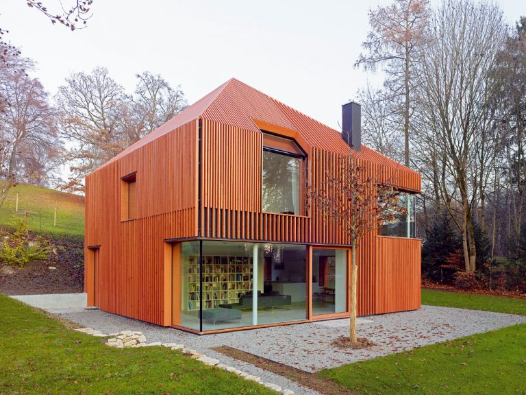 Dom pri jazere Wörthsee s drevenými lamelami