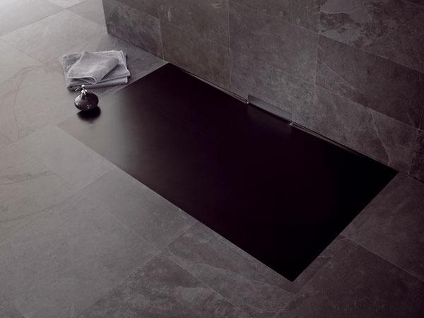 Smaltovaná vanička Xetis od Kaldewei je výnimočná tým, že má odtok umiestnený vstene – pod vaničkou teda nie je sifón ani odtokové potrubie. Na vaničku tak stačí vpodlahe priestor svýškou iba 6,3 cm. Vstene je potom potrebných 11,7 cm na sifón (všetko merané od úrovne dlažby).