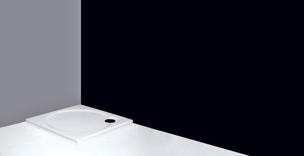 Mimoriadne plytká štvorcová sprchovacia vanička Macao-M zliateho mramoru od firmy Roltechnik. Vponuke je vrozmeroch 80 × 80, 90 × 90 a100 × 100 cm, výška 3 cm. Protišmyková povrchová úprava. Možno ju nainštalovať priamo na podlahu alebo spodmurovkou. Cena od 201 €.