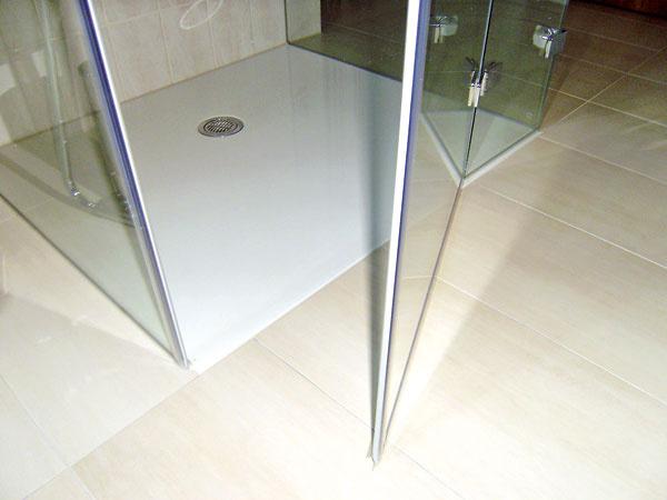 Novinkou vponuke českého výrobcu Polysan je podlaha zliateho mramoru snázvom Flexia – rovná plocha doplnená plochým sifónom pôsobí skôr ako podlaha než ako vanička. Zo základného rozmeru 140 × 140 × 3 cm vám výrobca na objednávku vyreže akýkoľvek (aj nepravidelný) tvar či atypický rozmer od 70 × 70 cm. Môže sa osadiť nad podlahu, ako aj zabudovať na jednej úrovni sňou. Výrobca ponúka výber zo všetkých farieb RAL. Cena základnej vaničky je 610 €, za rezanie sa dopláca podľa dĺžky rezu, iné farby než biela sú o30 % drahšie. Sifón stojí 39,8 €. Predáva Poly System.