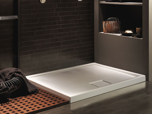 Pôsobivá zostava dvoch keramických sprchovacích vaničkiek LIF.ST od firmy Hatria, veľkosť 90 × 90 cm. Vponuke sú rôzne rozmery: štvorcové 80 × 80 alebo 90 × 90 cm, obdĺžnikové 120 alebo 100 × 80, resp. 120, 100 alebo 90× 70, všetky majú výšku 6 cm. Cena od 348 €, predáva Poly System.