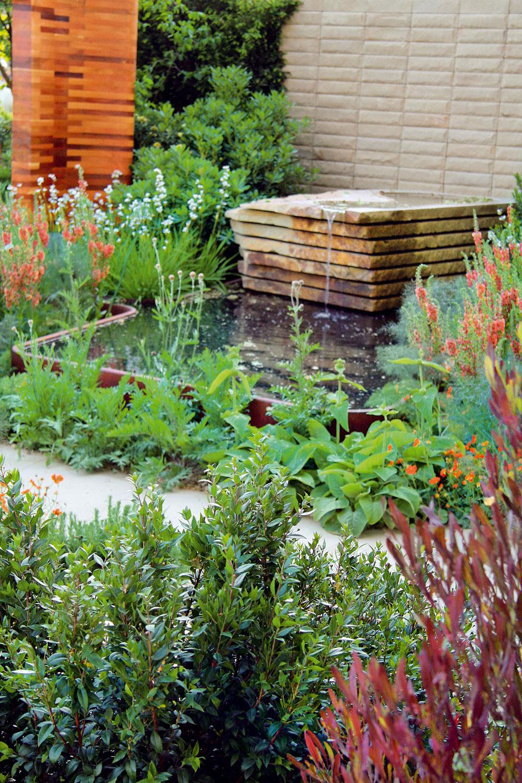 Moderná a stále kvitnúca či pestrým olistením atraktívna záhrada v súlade s prírodou. Zámer vyšiel dizajnérovi na výbornú. Nemyslíte?