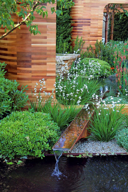 Vpriestore mestskej záhrady si svoje miesto našli aj kovové vodné nádrže geometrického tvaru svodným prepadom.