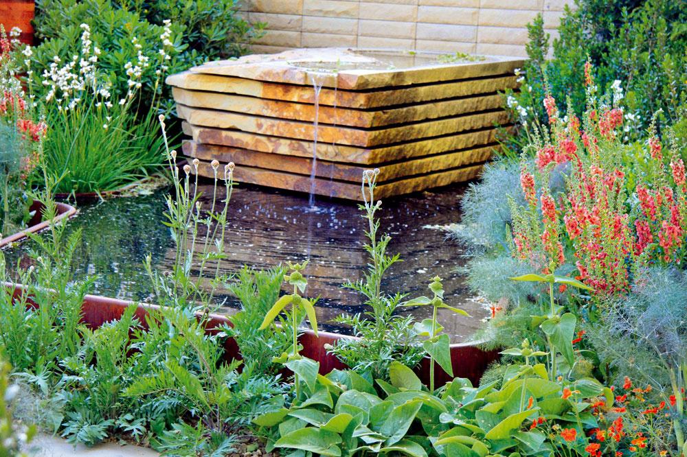Príjemným spestrením záhrady sú popri nádržiach aj vzeleni ukryté vyvierajúce kamene. Voda zvlhčuje vzduch, čo dodáva rastlinám vitalitu.