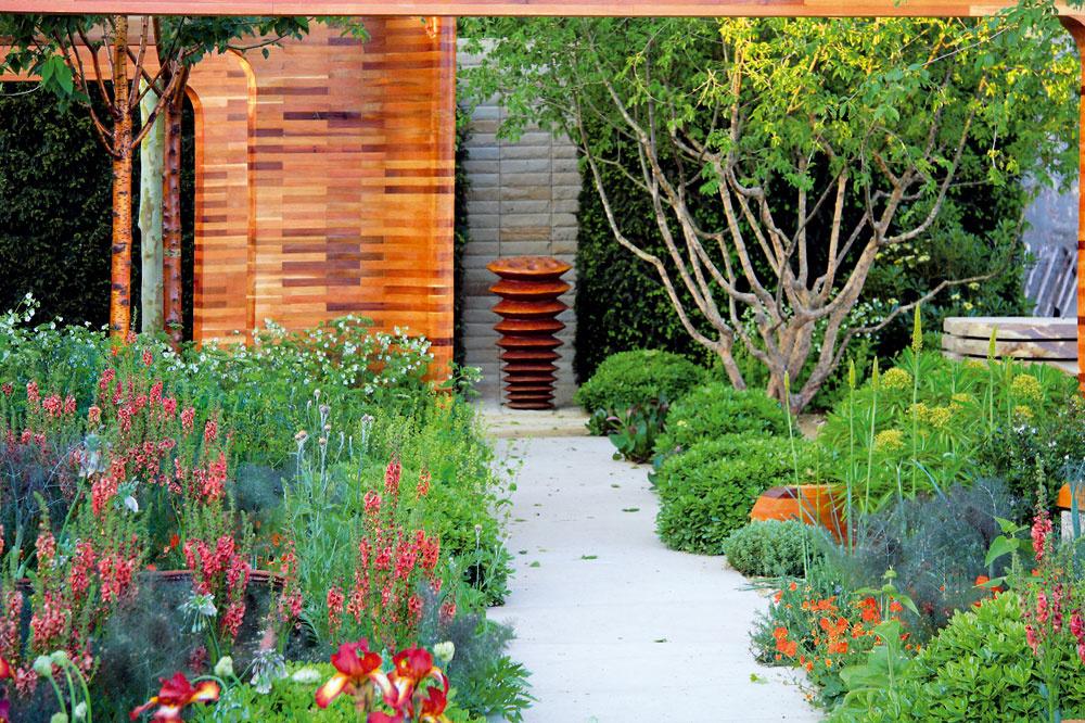 Priestor záhrady učaruje svojimi tajomnými zákutiami všetkým zvedavcom. Môžu naraziť aj na viaceré zaujímavé plastiky