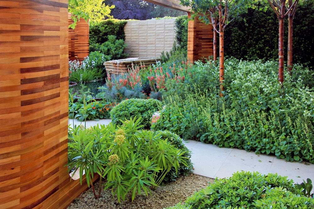 Neprehliadnuteľné dielce zcédrového dreva predstavujú pomyselné brány do jednotlivých častí záhrady azároveň ju chránia pred okolím.