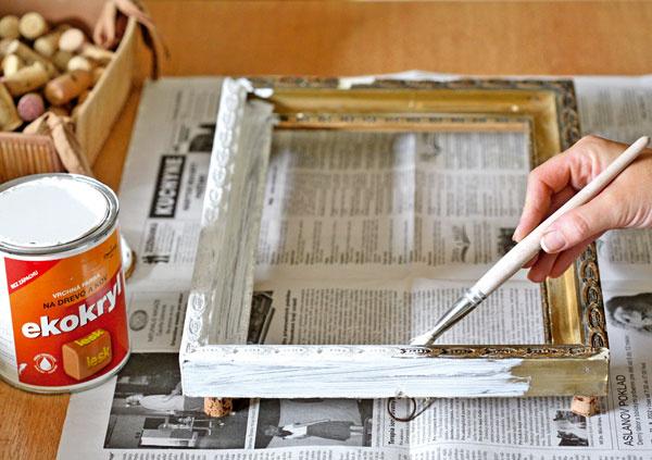 1. Rám zobrazu prebrúste jemným brúsnym papierom anatrite bielou farbou. Farbu nanášajte neriedenú vo viacerých vrstvách, až keď predošlá vrstva uschne. Podľa veľkosti rámu vyrežte kartón aprilepte ho zozadu na rám.