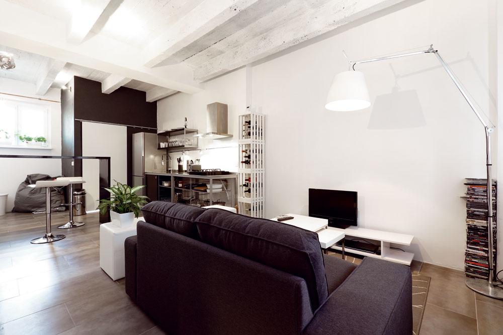 Celý interiér sa nesie v duchu industriálneho loftu, odrážajúceho prostredie, v ktorom sa objekt nachádza.