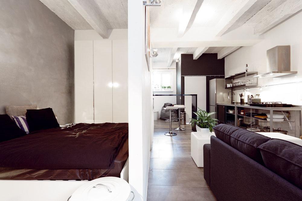 Za ľahkou priečkou sobrazom sa ukrýva malá spálňa, ktorá je od ostatného priestoru  oddelená aj neoddelená.