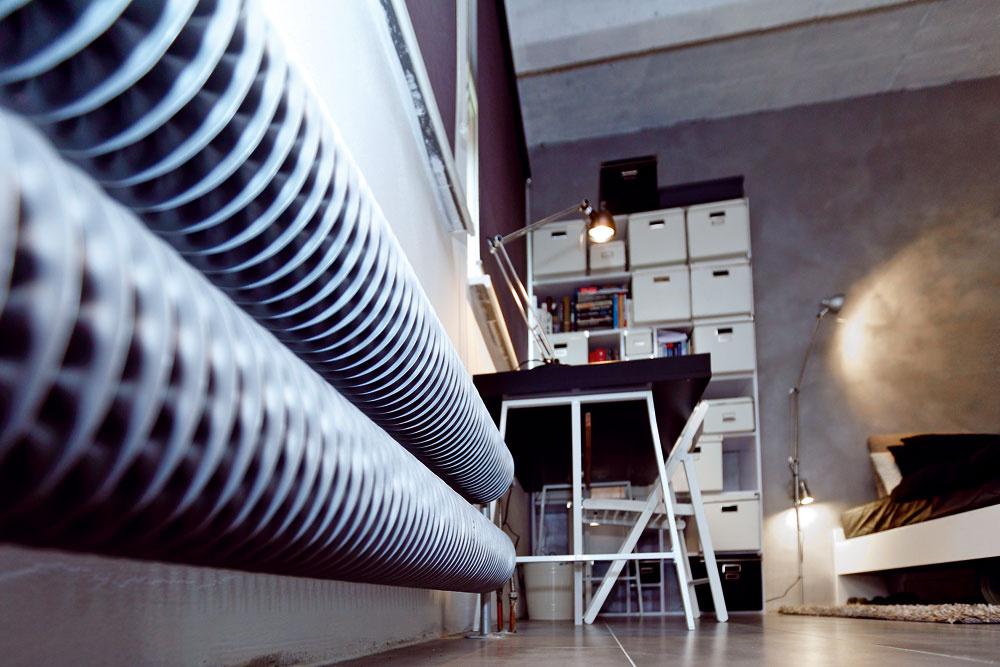 Atmosféru starých továrenských hál dotvára retro radiátor slamelovým rebrovaním. Interiér dolaďuje ako čerešnička na torte.