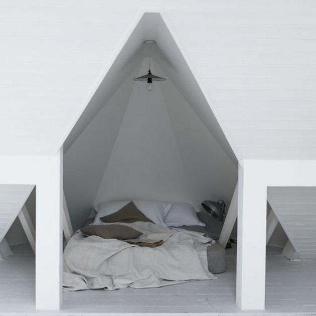 10. To najlepšie nakoniec. Potenciál inakosti podkrovných múrov treba chytiť a nepustiť. Zložité členenie či príliš malé nevyužiteľné zákutia? Zmeňte optiku a máte jedinečnú posteľ priamo v stene