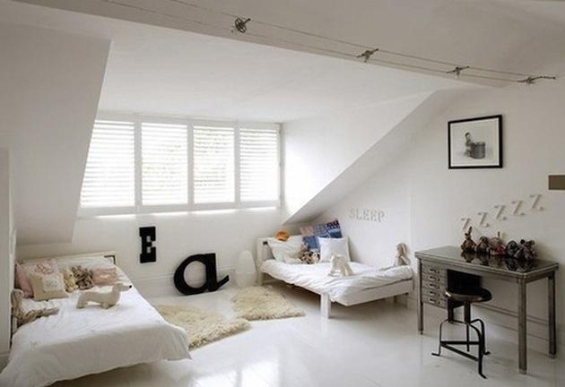1. Dostatok svetla v kombinácii s bielou priestor doslova rozžiari. Pozerať sa na šikminu ako na obmedzujúci prvok je zbytočné. Veď výklenky steny oživujú a znížené priestory sú ako stvorené na postele. Kde inde by vyzerali lepšie?