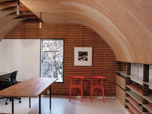2. Oblúkový strop dodá miestnosti zvláštnu atmosféru. Farebne aj tvarovo tvorí celok s jednou stenou. Susedný múr, naopak, zdobí kontrastný lineárny vzor, okno ho dopĺňa svojimi pravými uhlami. Tieto protiklady sa naozaj krásne priťahujú. Nízka polica je praktickým riešením, aké do podkrovia rozhodne patrí.