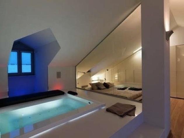 8. V podkroví nemusí byť plávajúca iba podlaha, môžu to byť aj majitelia. Pritom zjavne vyplávala na povrch ďalšia hra tvarov.