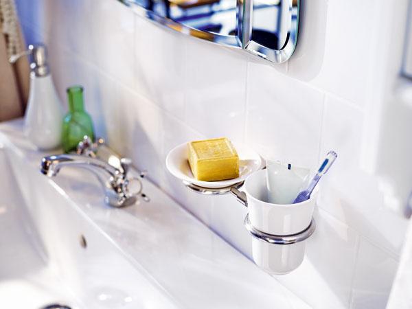 Nástenný držiak Mogden na misku na mydlo a pohár na zubné kefky, nehrdzavejúca oceľ a kamenina s bielou glazúrou. Cena 9,99 €. Predáva IKEA.