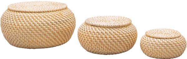 Ručne vyrábané úložné dózičky Fryken zlúpaného rotangu, priemer 10, 15 a20 cm, cena 12,99 €/3 ks. Predáva IKEA.