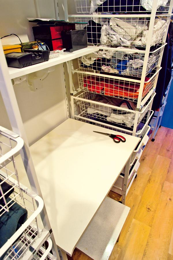 Starý rohový písací stolík ani netušil, že bude niekedy jeho časť slúžiť všatníku ako priestor na skladanie bielizne.