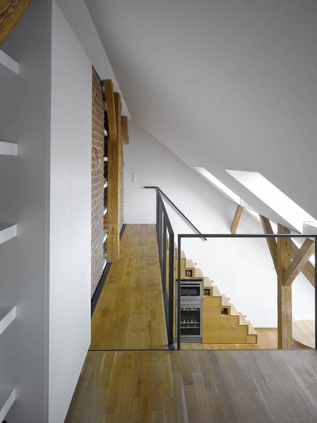 Zaujímavosťou sú tehľové múry, ktoré majú nielen dekoratívnu funkciu, ale zároveň vytvárajú priestor pre knihy.