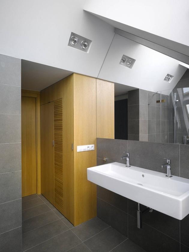 V kúpeľni kontrastuje drevo a studená oceľ.