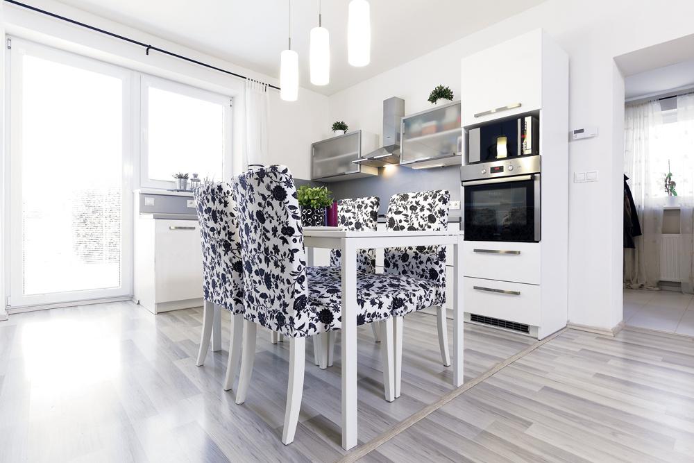 """""""Podlahu azákladný nábytok sme vyberali vbielej aneutrálnych farbách tak, aby nebol problém kedykoľvek zmeniť doplnkovú farebnosť. Vymeníte zopár doplnkov, tapetu, závesy – ahneď máte zmiestnosti iný pocit, ale nezruinuje vás to,"""" radí Lenka"""