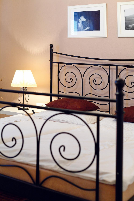 """Napríklad na kovovú posteľ zIKEY nedá Lenka dopustiť. """"Je priestranná, pohodlná avydrží možno aj večne."""""""