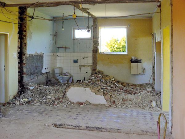 """Vybúrali niekoľko zbytočných priečok avšetky steny vinteriéri očistili až na tehlu. """"Keď sme si vymysleli dispozičné zmeny, najskôr sme si ustatika overili, či nám dom nepadne na hlavu, ak odstránime spomínané priečky,"""" dopĺňa Lenka."""