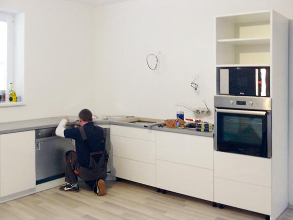 Keďže vstarom dome sa len ťažko hľadali rovné steny apravé uhly, dali si kuchynskú linku radšej vyrobiť na mieru – vďaka tomu je osadená presne avšetko sedí tak, ako má.