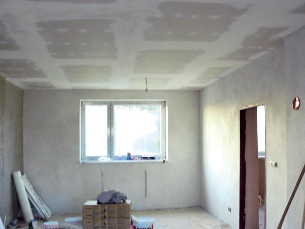 Nerovný strop skryli za sadrokartónové podhľady.