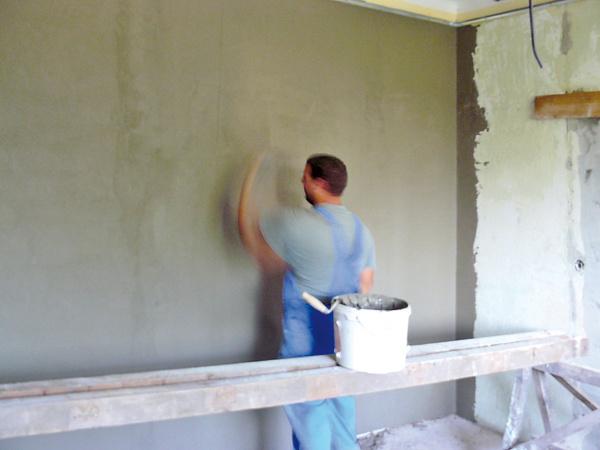 """Nové stierky museli byť stopercentné – aby na starých stenách nepopraskali, podklad pod ne vytvorila vrstva stavebného lepidla vystuženého sieťkou. """"Síce to zvýšilo rozpočet, ale na niektorých veciach sa šetriť nevypláca,"""" vysvetľuje Michael."""