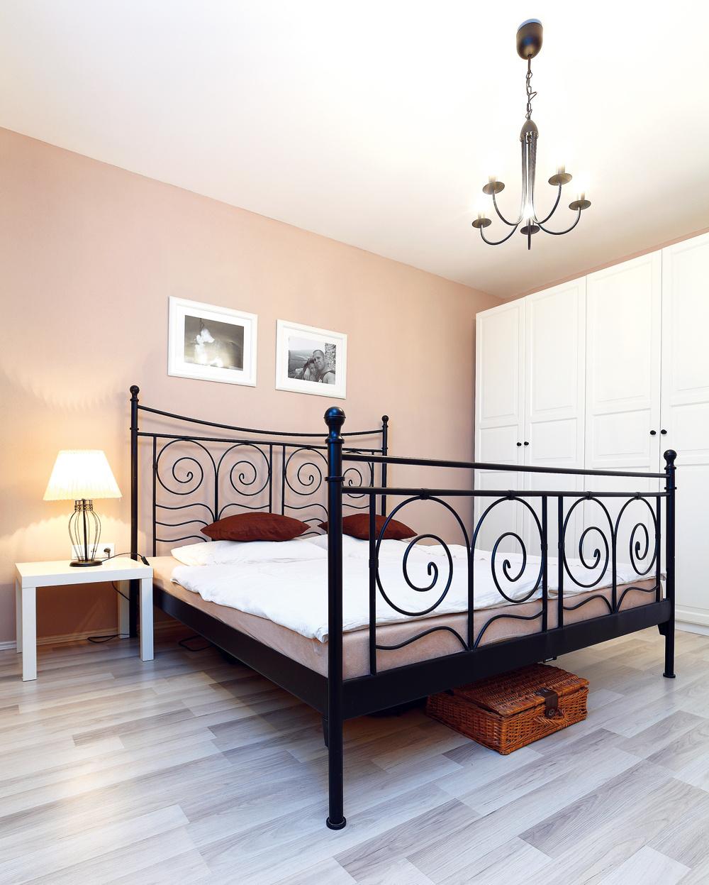 """Vspálni sa Lenka držala romantického štýlu anábytku zIKEY. """"Mám rada ich dizajn,"""" chváli. """"Navyše, je to variabilný nábytok, väčšinou za dobrú cenu."""""""