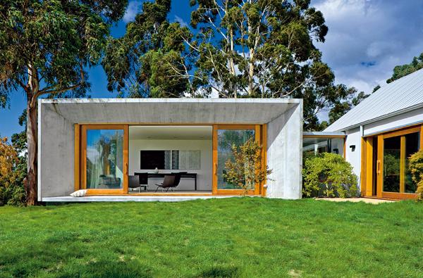 Príklad zo zahraničia – pohľadový betón na fasáde. Architektmi milovaný averejnosťou väčšinou nepochopený. Nájde sa však pár investorov, ktorí jeho estetiku chápu adajú sa presvedčiť, že výsledok bude stáť za to. Dobre, že to občas nechajú na architekta, aspoň občas vidíme aj takýto moderný pohľad na estetiku fasádu. (autor projektu: Jame Jones)