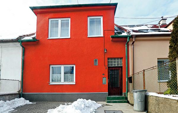 Toto ste skutočne chceli? Chápeme, že prioritou je vnútorné usporiadanie domu, ale ono sa to dá vyriešiť aj bez toho, aby bolo každé okno inej veľkosti. Umiestnenie? Bez ladu askladu. Atá príšerná farba! Stačilo by obetovať zopár eur za rady architekta.