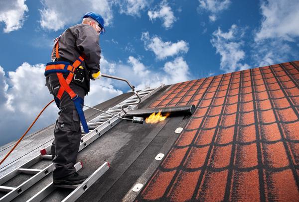 Pomerne lacným aefektívnym spôsobom obnovy strechy sdesaťročnou zárukou je rekonštrukcia asfaltovou krytinou.