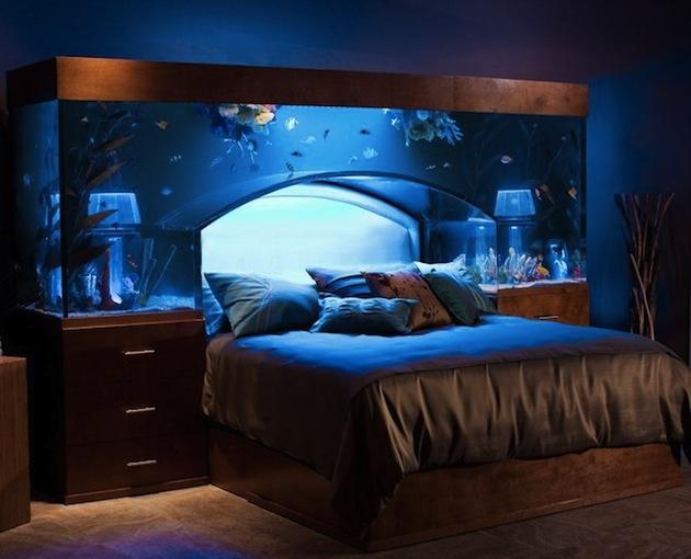 A toto je už iný level interiérovej symbiózy. Ešte raz pripomíname, do postele si nepúšťajte hocičo, ale akvárium pokojne môžete. Vyzerá to efektne, technologicky premyslene, len čo na to každodenná rutina…Kým nevyskúšaš, nevieš, no na niekoho by to mohlo byť aj priveľa.