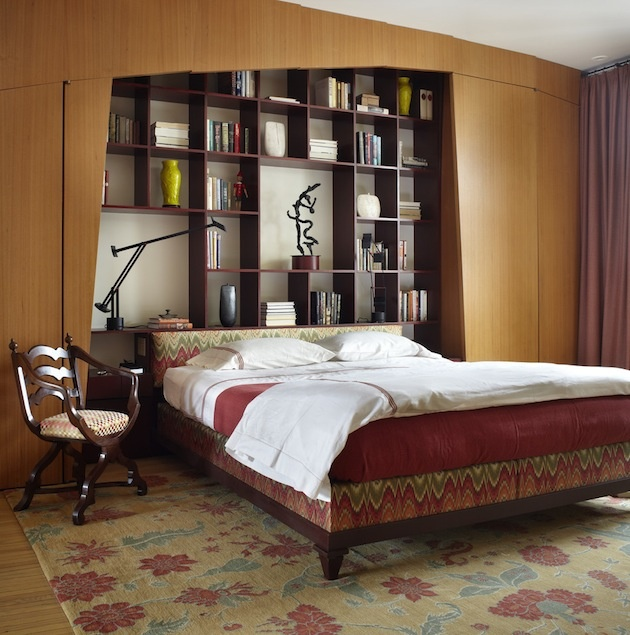 Medzinábytkové posuny pokračujú… Vstavaná knižnica rovno za hlavou. Vďaka tomu, ako je do okolitého priestoru začlenená, a zároveň z neho vyčlenená, dotvára aj záhlavie postele. Keď sa pridá moderná elegancia a jemné narušenie strohej pravidelnosti, objavíte zaujímavé riešenie nielen do malého bytu.