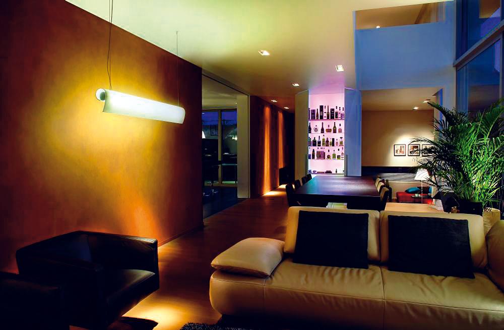 Najnovší trend vosvetľovaní bytového interiéru sa pohráva svytváraním svetelných scén, ktoré však vždy musia navodzovať pozitívnu atmosféru. Najčastejšie sa využíva vecná svetelná scéna, ktorá zvýrazňuje aupozorňuje na akcenty apredmety. Využíva sa aj scéna, ktorá pomáha vytvoriť útulnú atmosféru, anakoniec je to scéna prinášajúca intimitu asexy náladu.