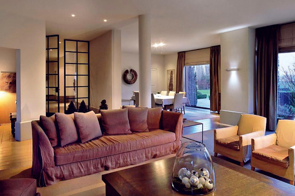 Bodové svietidlá podporujú akcenty vpriestore, preto by mali byť nasmerované na časť miestnosti či predmet tak, aby mu pomohli vyniknúť. Pridajte aj nástenné osvetlenie.
