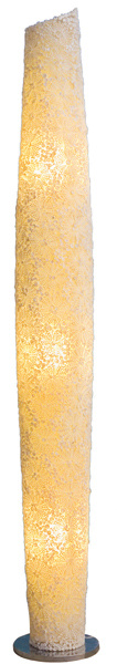 Stojacia lampa Iceflower zručne pospájaných morských mušlí, tri veľkosti (223/155/78 cm), dve farby. Cena od 328 €. Predáva Elmina, Light Park.