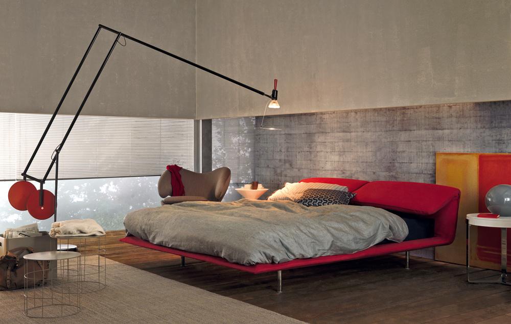 Porozmýšľajte nad nepriamym osvetlením, najmä v priestoroch, kde by priame svetlo vytváralo nekomfortnú svetelnú atmosféru, napríklad v spálni. Je dosť nepríjemné, keď vám večer pred spaním svieti svetlo zo stropu priamo do očí. Moderné je osvetlenie v záhlaví postele a pridať môžete aj jednu extravagantnú lampu, ktorá vnesie do priestoru osobitú atmosféru.