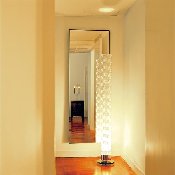 Moderné osvetlenie priestoru je oatmosfére ascénach. Niekedy aj pomocou jedného svietidla, ale určite nie zaveseného vstrede miestnosti.