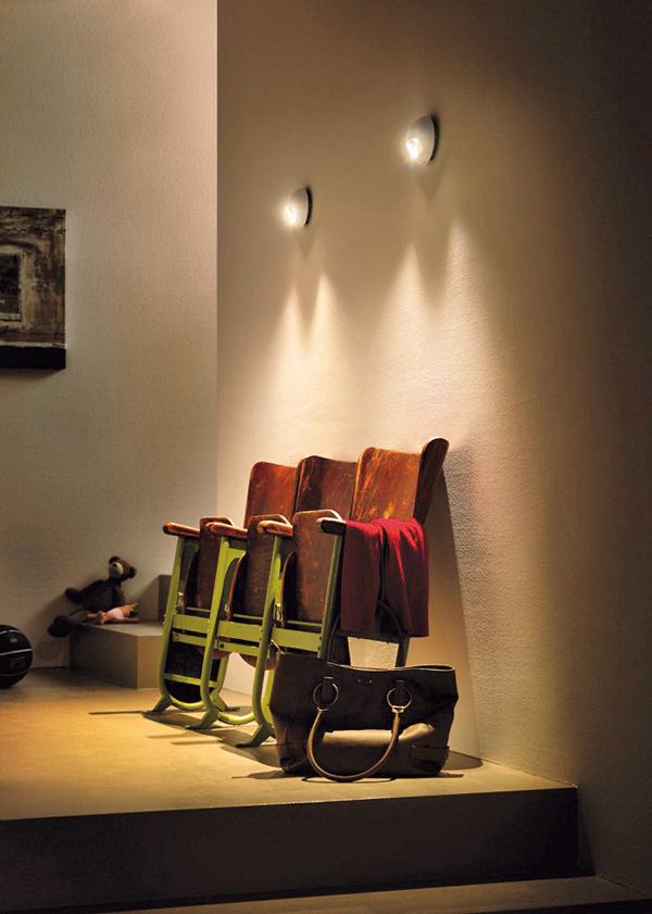 Pomocou dvojsmerných ohraničených svetelných lúčov vytvára svietidlo dekoratívne svetelné efekty.