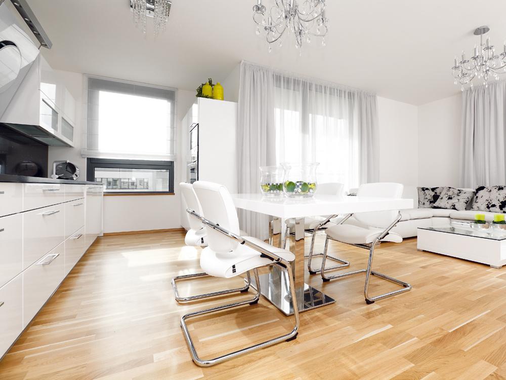 Detskú izbu u rodičov vymenil za moderný byt s bielym interiérom