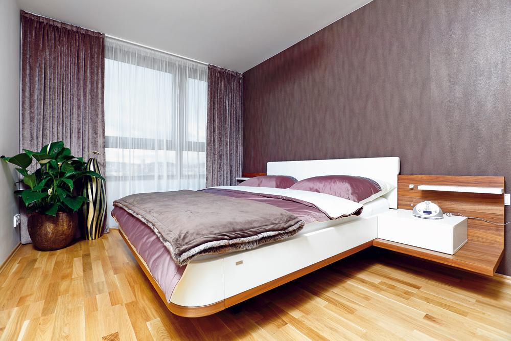 Ku komfortnej posteli menom Mioletto spríjemne zaoblenými rohmi vybrali kvalitné matrace. Lakované adyhované plochy sú pri tejto posteli skombinované skožou, čo pôsobí veľmi príjemne ateplo. Po jej bokoch sú nočné stolíky sefektným osvetlením.