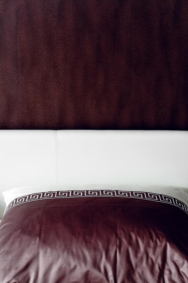 Ksvetlému nábytku vybrala pani Marta vinteriérovom štúdiu tmavšie textílie atapetu. Hnedé tóny pôsobia teplo, pokojne avyložene pánsky.