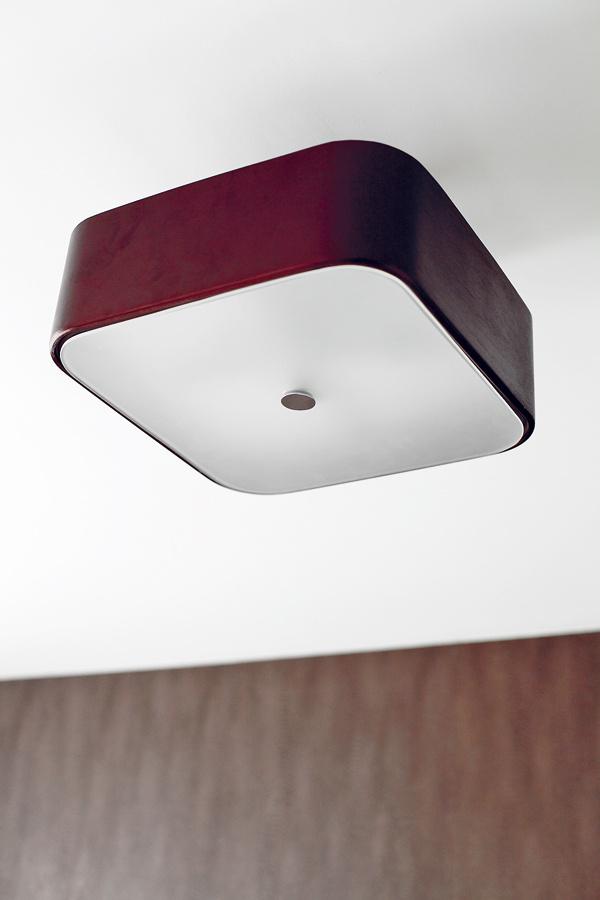 Jednoduchá moderná lampa vspálni je vsúlade so vkusom mladého muža aj celkovou farebnosťou miestnosti.