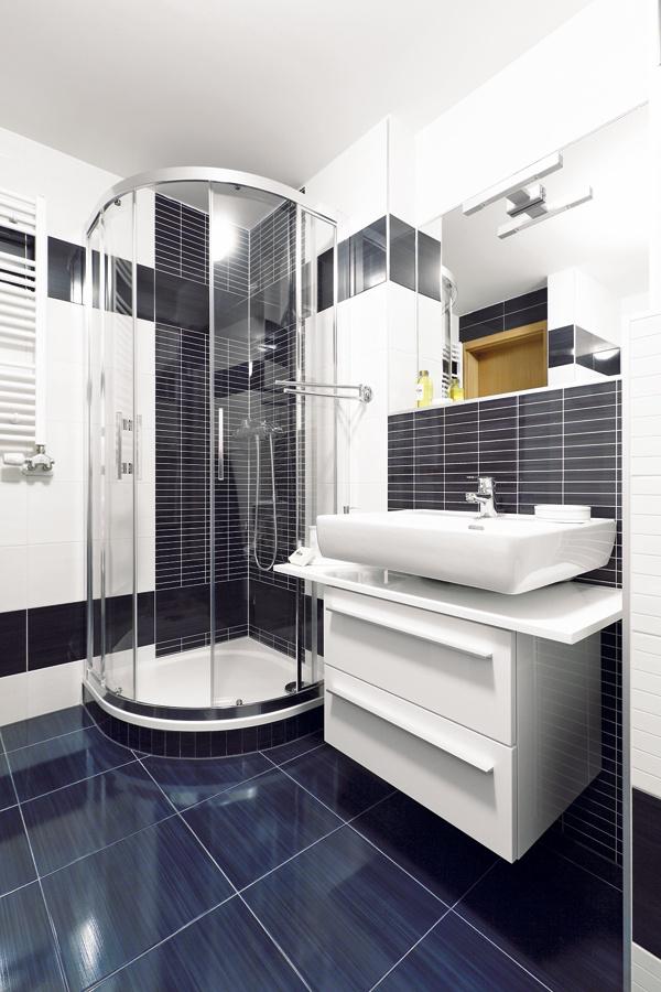 """""""Pôvodne tu bola navrhnutá kúpeľňa bez sprchovacieho kúta, ibaže Roman na ňom trval,"""" spomína pani Marta na komunikáciu sdeveloperom. Mama ho zároveň presviedčala, aby sa nevzdával ani vane – keď sa ožení arodinka sa rozrastie, iste ju ocenia. """"Keďže práčka je vkuchyni (Roman si tak zvykol vÍrsku), do kúpeľne sa nakoniec zmestilo oboje,"""" uzatvára."""