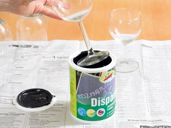 1. Spodnú časť pohára opatrne namočte do tabuľovej farby.